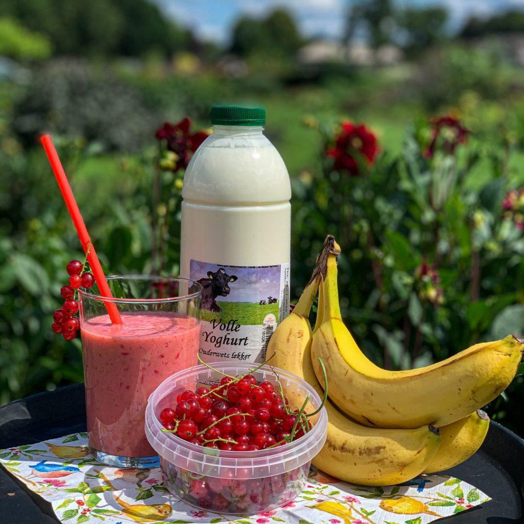 Zomerse smoothie met rood fruit, banaan en yoghurt