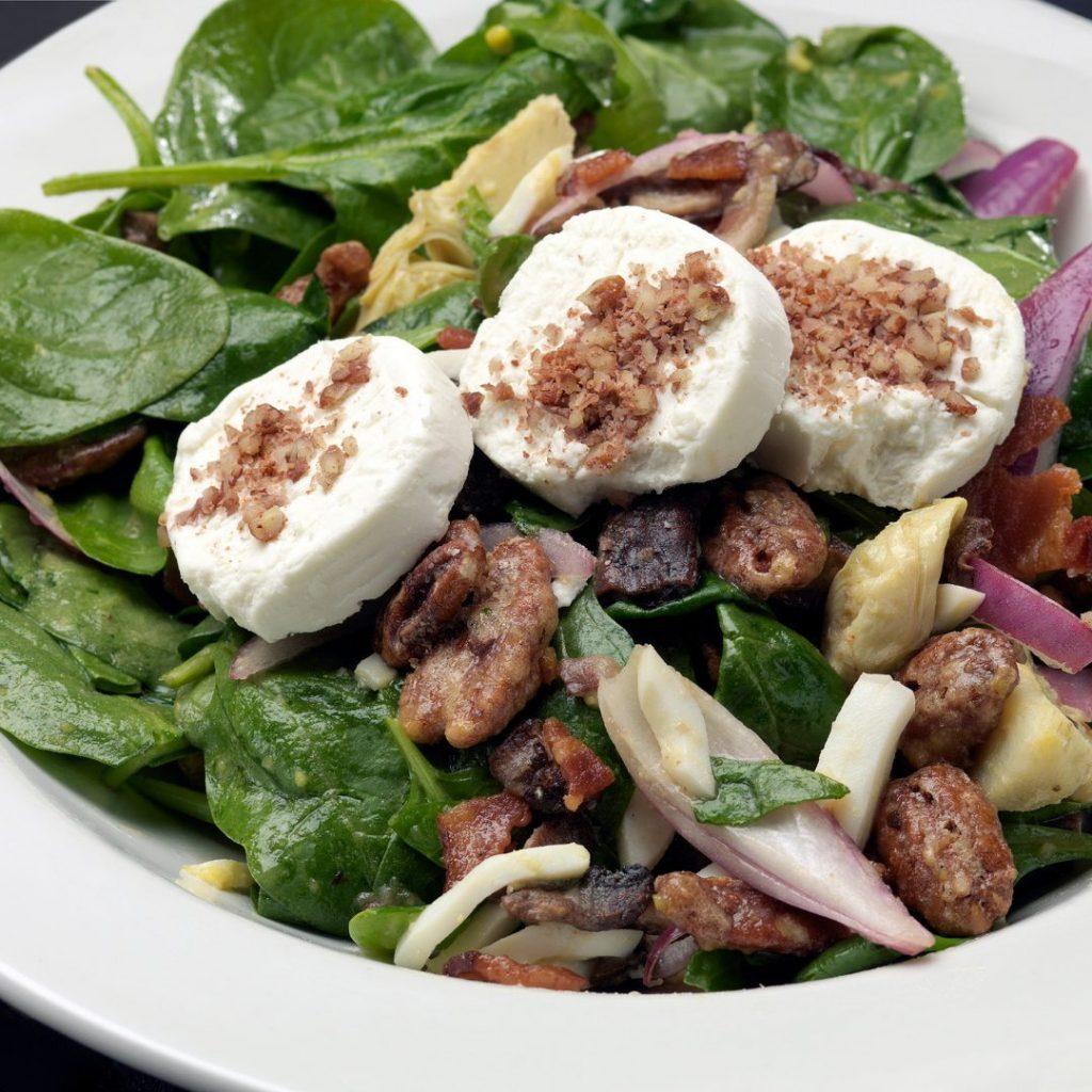 Salade van spinazie, geitenkaas en walnoten